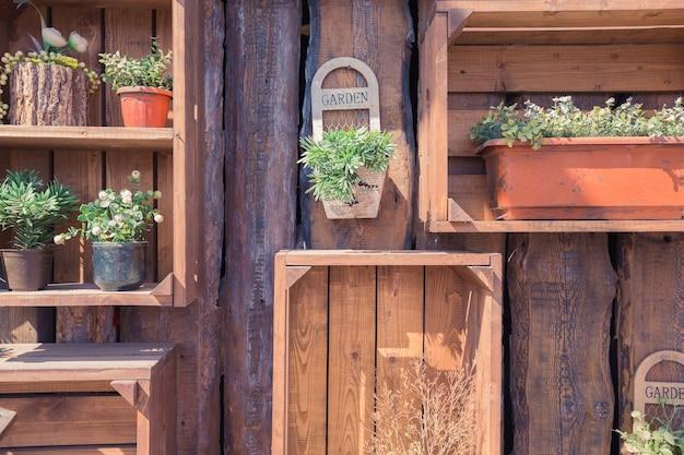 정원 것들과 녹색 식물을 가진 나무 벽의 질감