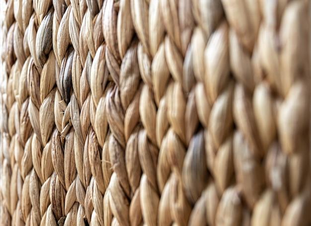 Текстура сплетенной бежевой соломы, фон кос от крупного плана стебля растения.