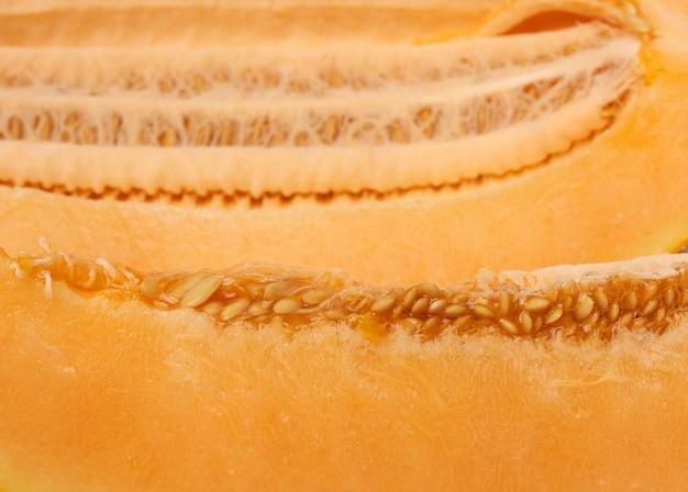 Текстура мякоти желтой спелой дыни с семенами, крупным планом