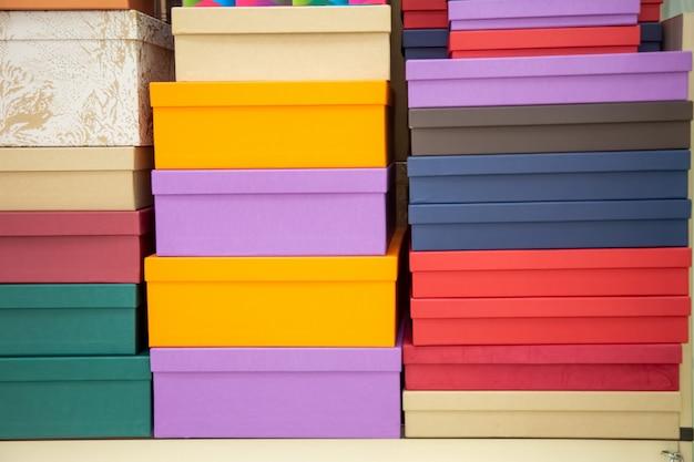 여러 가지 빛깔의 포장 선물 상자의 질감 세트입니다. 클로즈업, 소프트 포커스입니다.