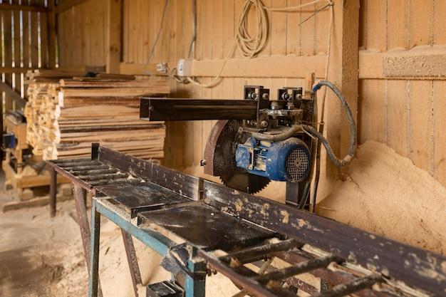 テクスチャ。木工廃棄物。チップ、樹皮、破片、おがくずの山。高品質の写真