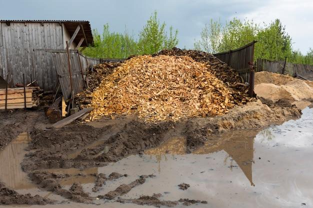 Текстура. отходы деревообработки. кучи стружки, коры, кусков и опилок. фото высокого качества