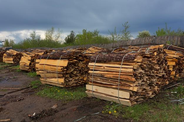テクスチャ。木工廃棄物。チップ、樹皮、断片、おがくずの山。高品質の写真