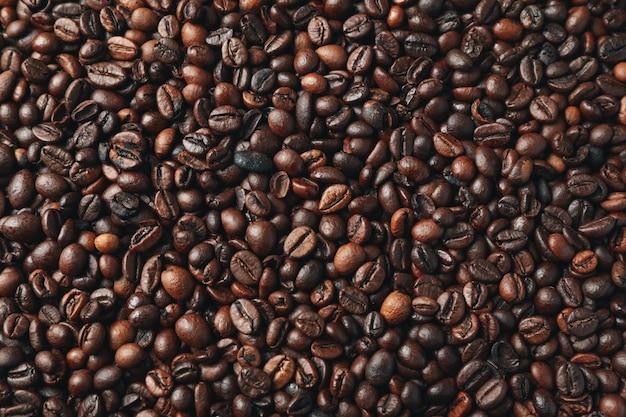 Текстурированный фон из кофейных зерен, вид сверху