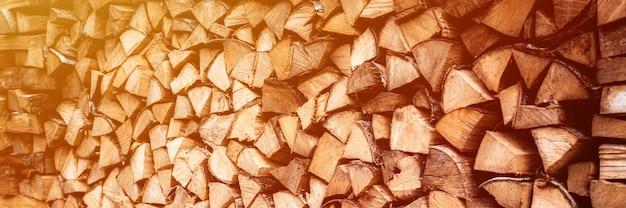 Текстурированный фон дров из рубленых дров для растопки и отопления дома. поленница со сложенными дровами. текстура березы. баннер. вспышка