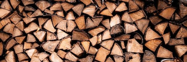 Текстурированный фон дров из рубленых дров для растопки и отопления дома. поленница со сложенными дровами. текстура березы. знамя