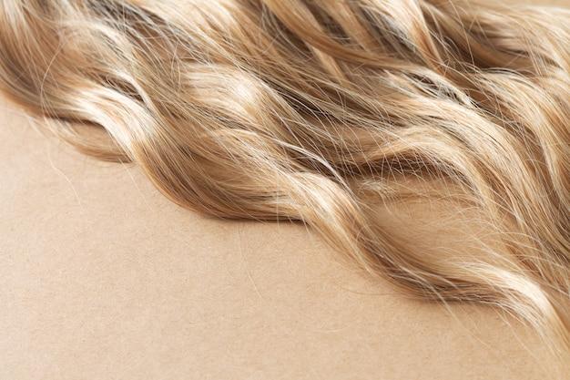 Фактурная прядь светлых волнистых волос для ухода