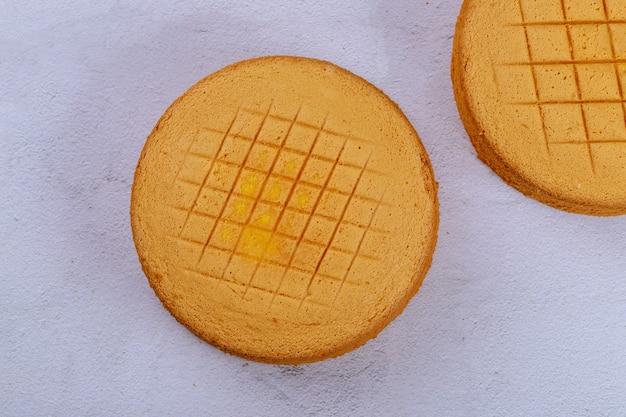 白い表面に織り目加工のスポンジケーキ。上面図。