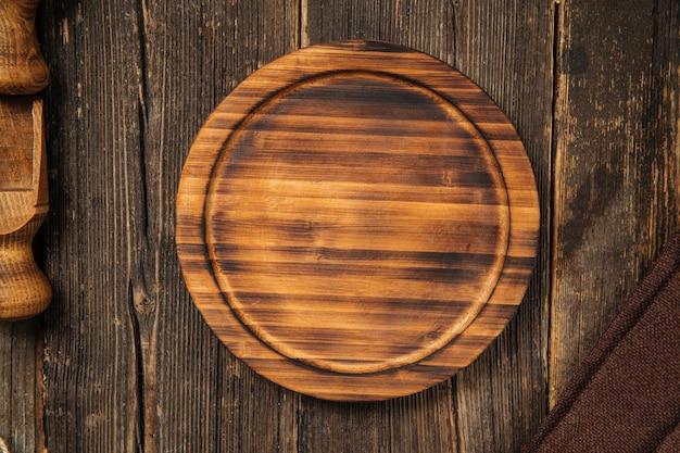 Текстурированная деревянная тарелка. деревенское дерево