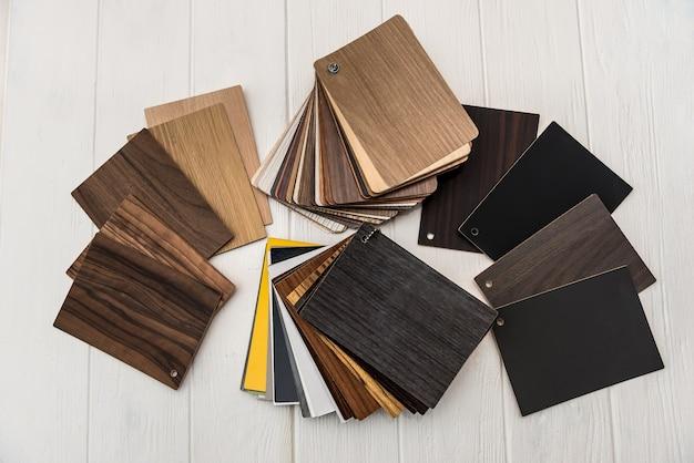 Текстурированные деревянные образцы разных цветов на светлом фоне