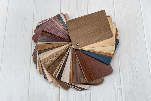 Фактурные деревянные образцы разных цветов на светлой стене