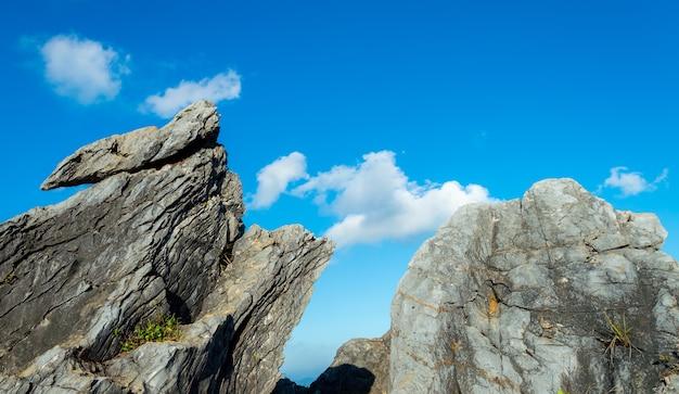 산에 오래 된 돌의 독특한 질감 표면 패턴 디자인