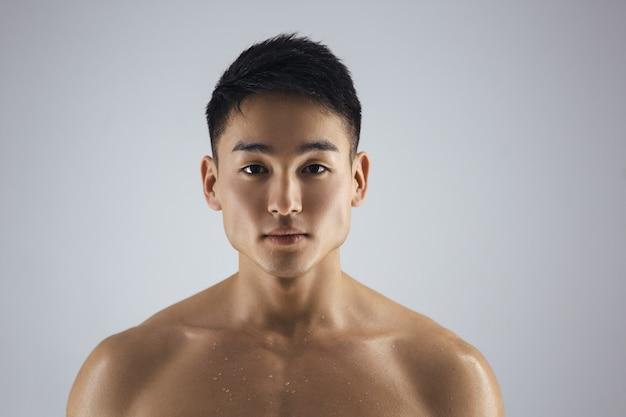 Thスタジオの屋内で筋肉のアジア人