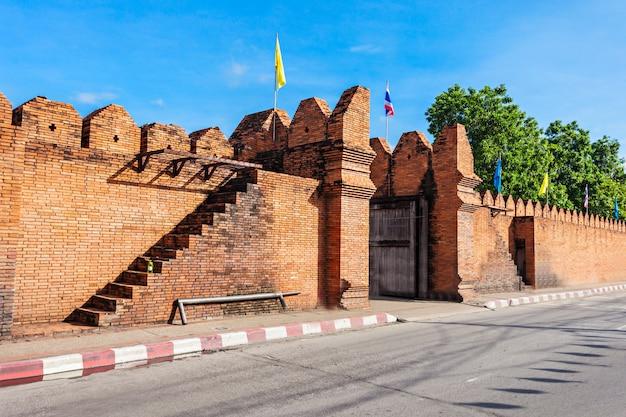 Ворота tha phae в чиангмае в таиланде