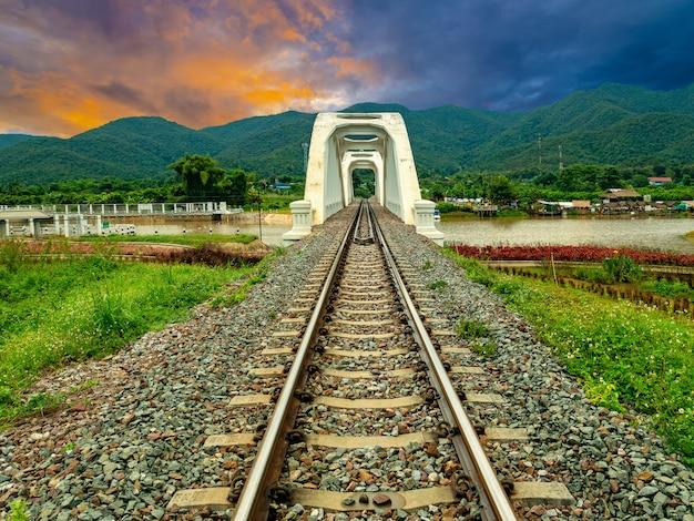 タイ北部、ランプーンのメーターで白い鉄道橋thachompoo橋。