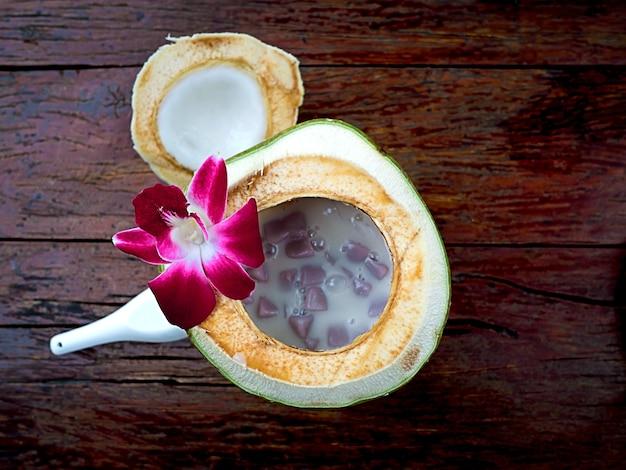 タイとアジアのデザート、ココナッツミルクで茹でた甘いもち米ボール