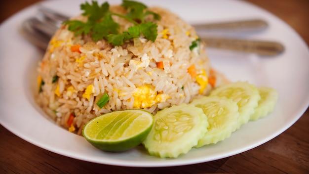 タイと中国のチャーハンアジア料理最高の料理