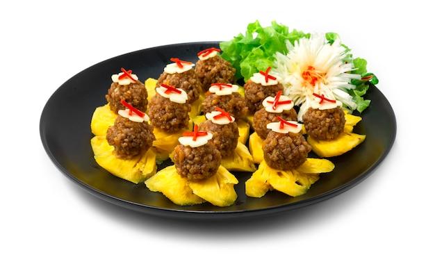 달콤하고 짭짤한 땅콩과 다진 돼지 고기 소스를 곁들인 태국 식 애피타이저 파인애플 과일 태국 식 스낵으로 야채 사이드 뷰 장식