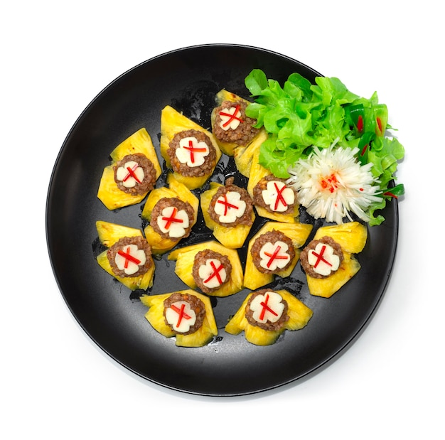 달콤하고 짭짤한 땅콩과 다진 돼지 고기 소스를 곁들인 태국 식 애피타이저 파인애플 과일 태국 스낵 장식 야채 topview