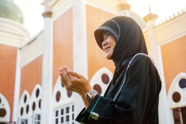 Тайские азиатские мусульманские женщины молятся о благословении бога, женский портрет ислам, провинция сонгкхла, таиланд.
