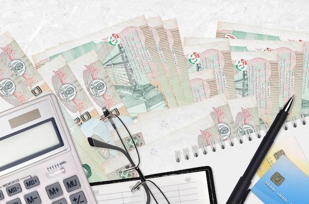 タイバーツ紙幣とメガネとペンで計算機