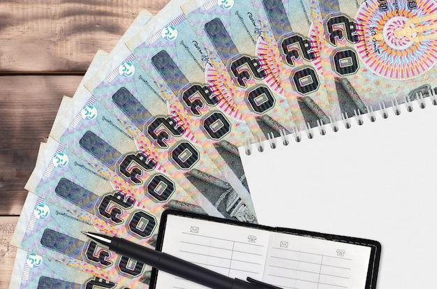 Вентилятор банкнот тайского бата и блокнот с контактной книгой и черной ручкой