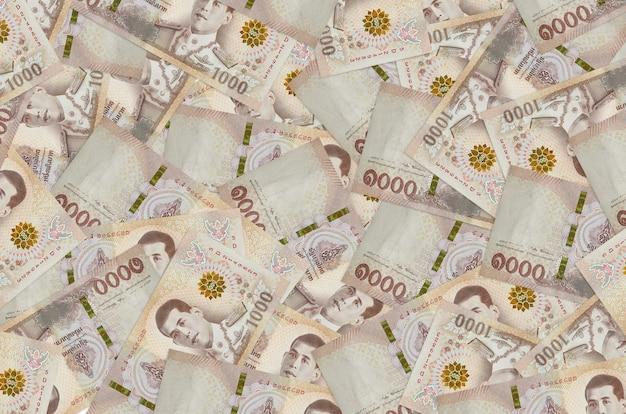 큰 더미에 누워 태국 바트 지폐