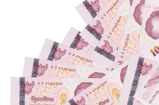 흰색 표면에 다른 순서로 누워 태국 바트 지폐