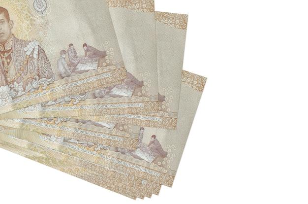 태국 바트 지폐는 흰색에 고립 된 작은 무리 또는 팩에 놓여 있습니다.