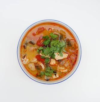 白い背景の上にトップダウンビュー角度でタイのボイルドチキン辛くてスパイシーなスープ