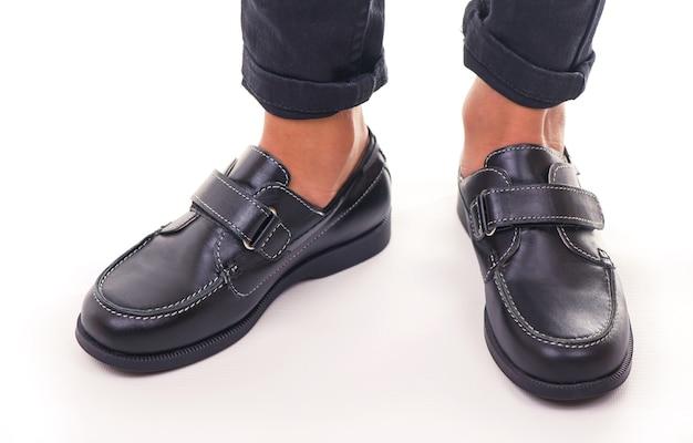 Туфли студента тайского мальчика на белой предпосылке.