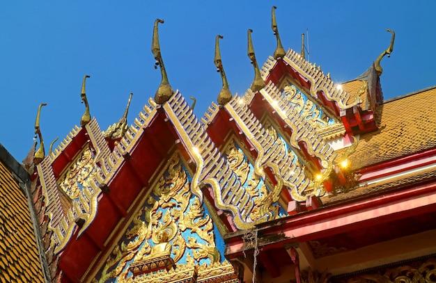 Крыша тайского буддийского храма ват ван вивекарам, район сангхлабури, таиланд