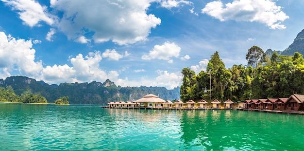 Тайские бунгало на озере чео лан, национальный парк као сок в таиланде