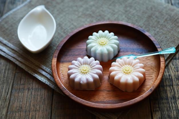 태국 코코넛 젤리, 예술 태국 디저트 수제 나무 접시와 나무 테이블에 넣어