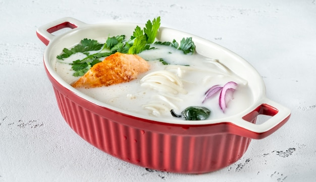 Тайский суп из кокосового лосося с зеленью и лапшой