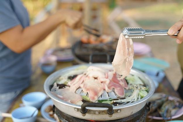 Тайский общий шведский стол, свинина на гриле или барбекю на горячей сковороде