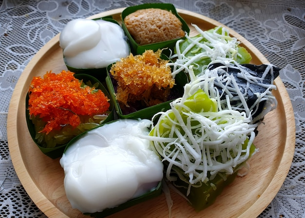태국식 디저트 커스터드 찹쌀 찹쌀 새우와 깍둑 썬 코코넛을 곁들인 찹쌀 검은 찹쌀