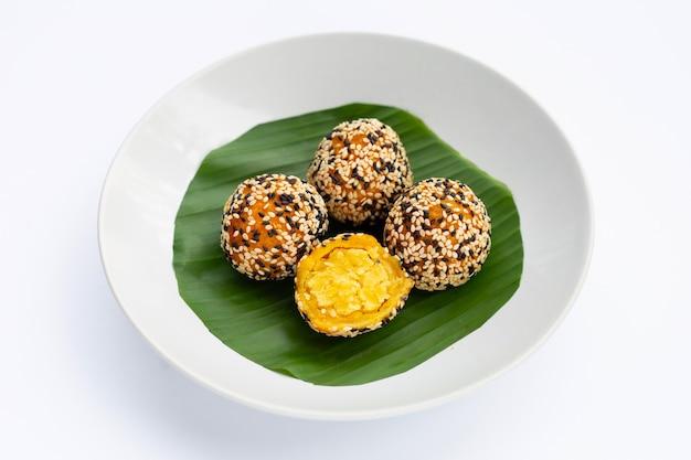 タイのデザート、カノムカイホン。ごま玉、緑豆の詰め物