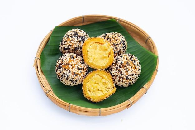 タイのデザート、カノムカイホン。ゴマボール、緑豆の詰め物
