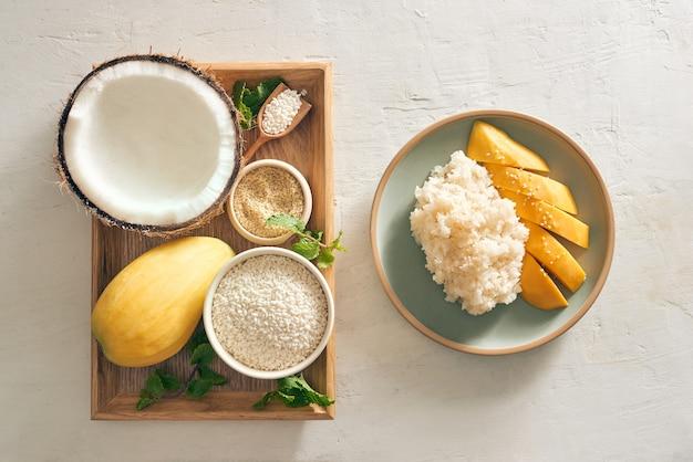Тайский десерт - манго рис липкий с манго, кокосом, рисом, куском на подносе
