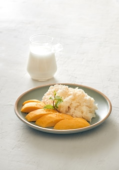 Тайский десерт, манго с липким рисом.