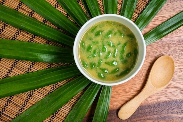 タイのデザート。パームシュガーココナッツミルクのタイパンダンショート春雨。