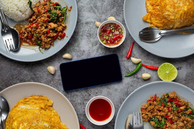 Тайская еда; базилик из свинины с рисом и жареным яйцом