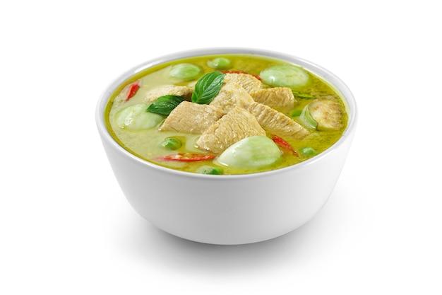태국 음식 치킨 그린 카레 절연, 얇게 썬 치킨 짐승 필 레, 분기 가지, 완두콩 가지, 바 질 잎과 후추.