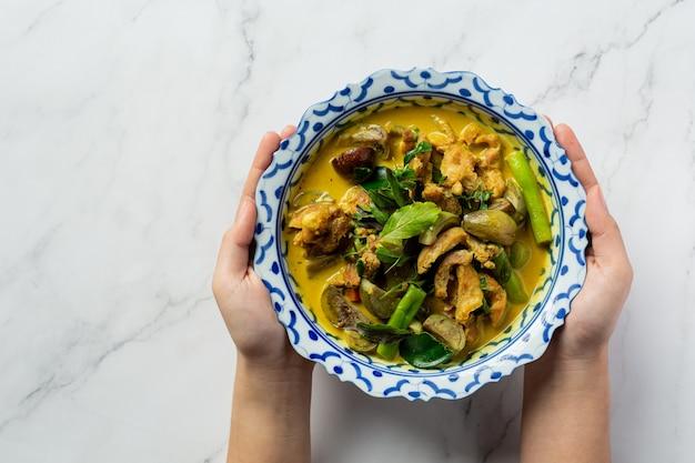 대리석 배경에 태국 음식 치킨 그린 카레