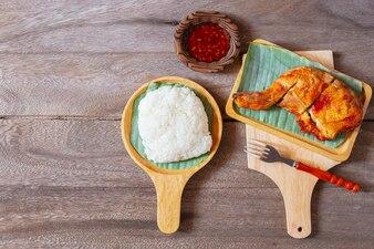 タイ料理フライドチキンとチリソース