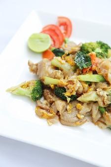 계란과 돼지고기를 곁들인 태국 음식 볶음 국수