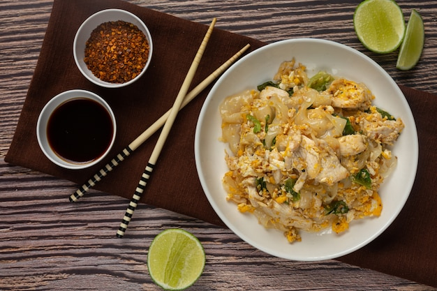 Тайская еда. жареная лапша со свининой в соевом соусе и овощах