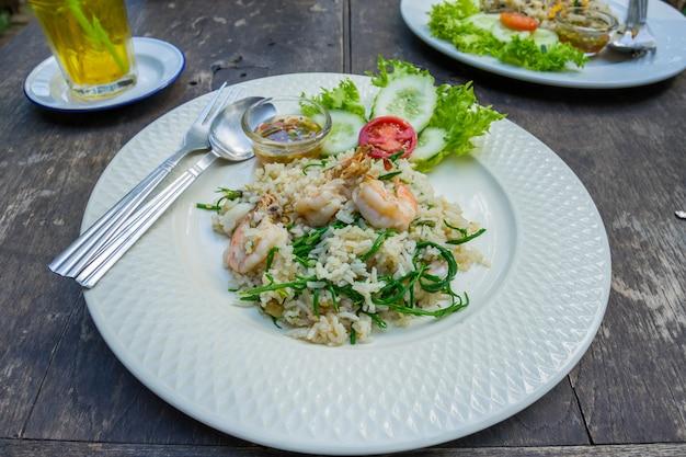 Тайская еда жареный рис на тарелке