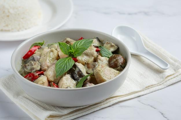 Тайская еда. свинина с зеленым кокосовым карри и баклажанами